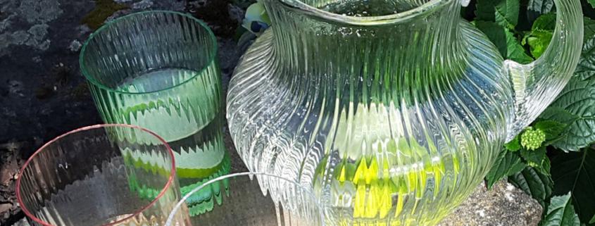 Glaskrug und Gläser aus optischem Glas